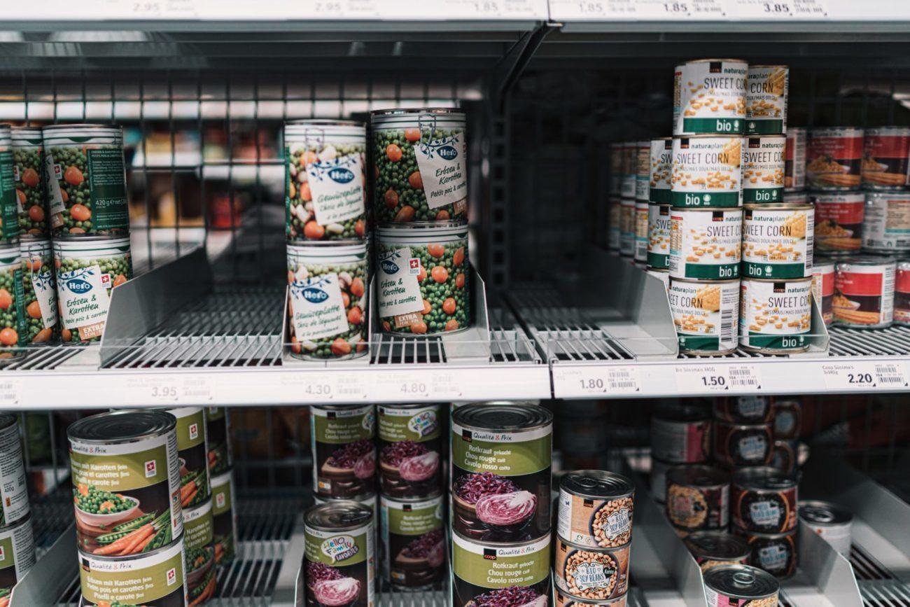 Dosen im Supermarktregal